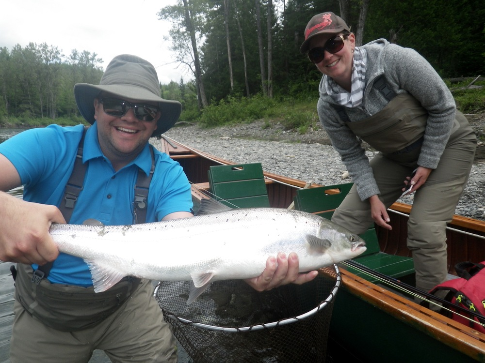Luc Boudreau et sa femme, Sophie, avec un beau saumon de la Bonaventure. Félicitations, Luc!