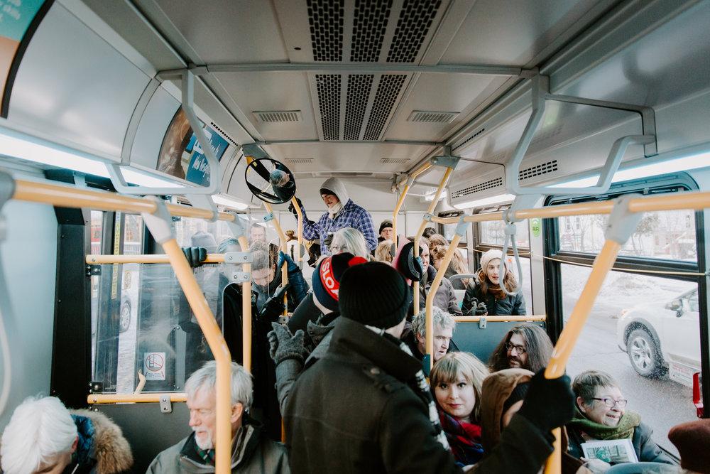 Visites guidées du parcours en autobus.
