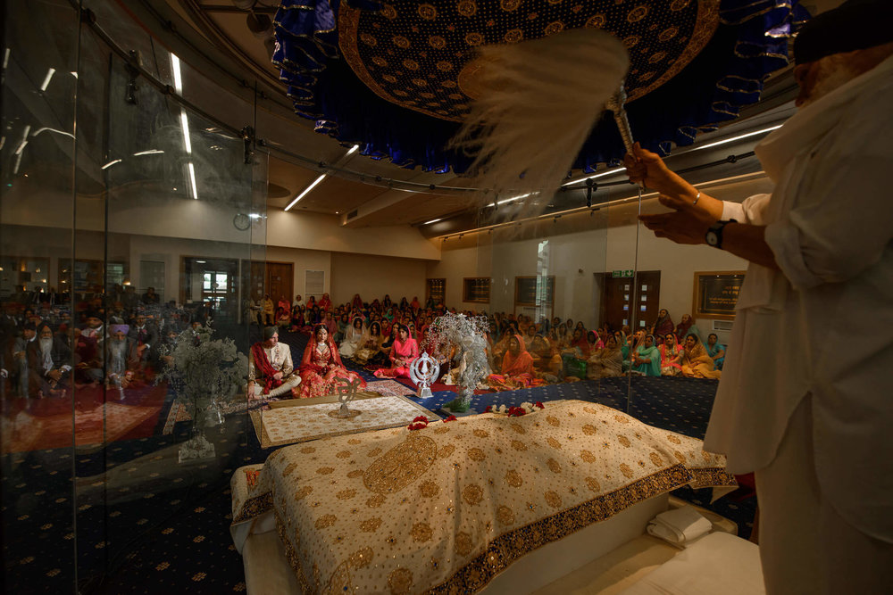 sikh bride and groom in gurdwara