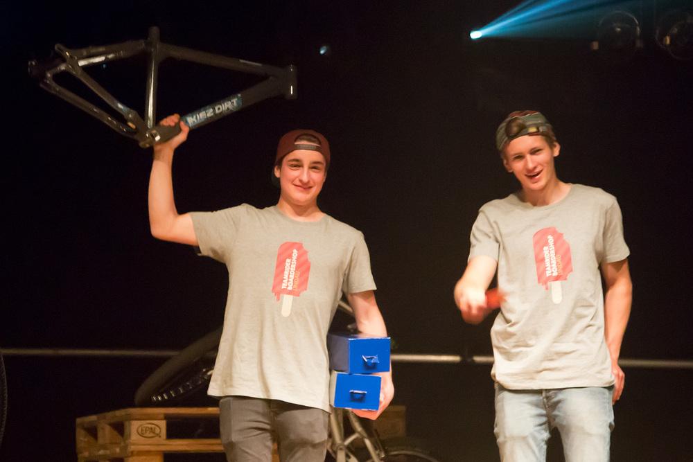 Jakob Sohler und Felix Spöttl bei der Siegerehrung im Club Vaudeville