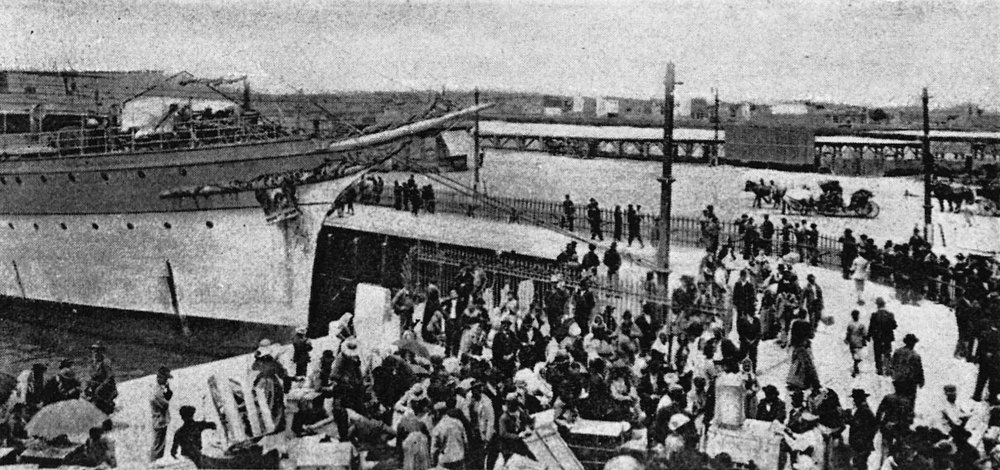 Immigrants disembarking in the south port of Buenos Aires, early 20th century. (  Source    marked for reuse. )