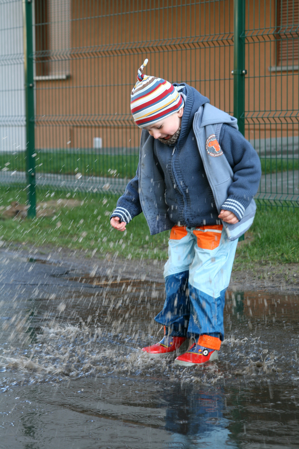 Boy in puddle_9103533_Subscription_L.jpg
