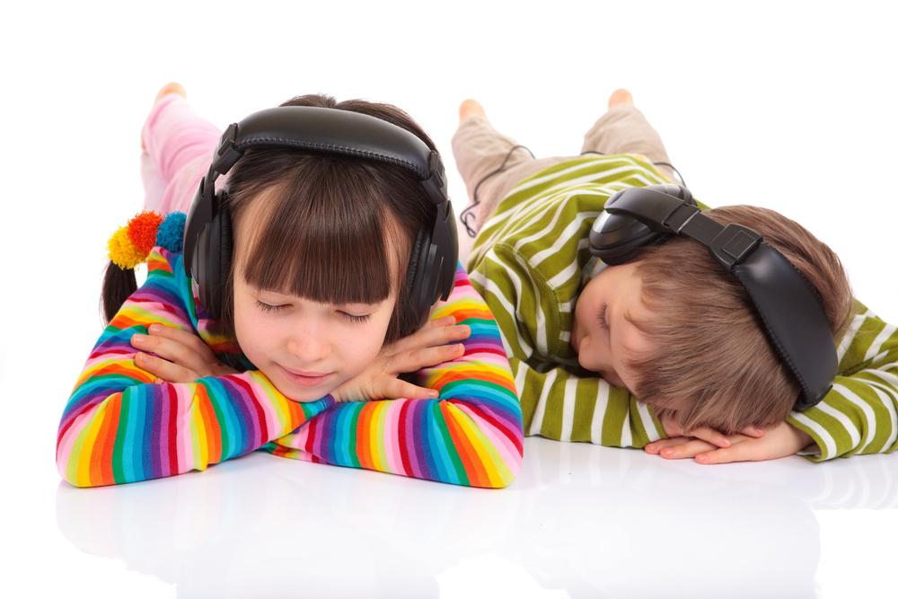Boy listening to music_12474976_Subscription_L.jpg