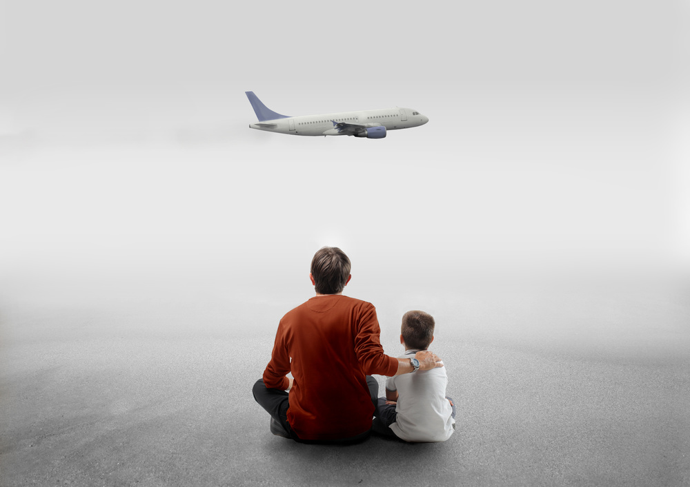 Father son watching plane_26096061_Subscription_L.jpg