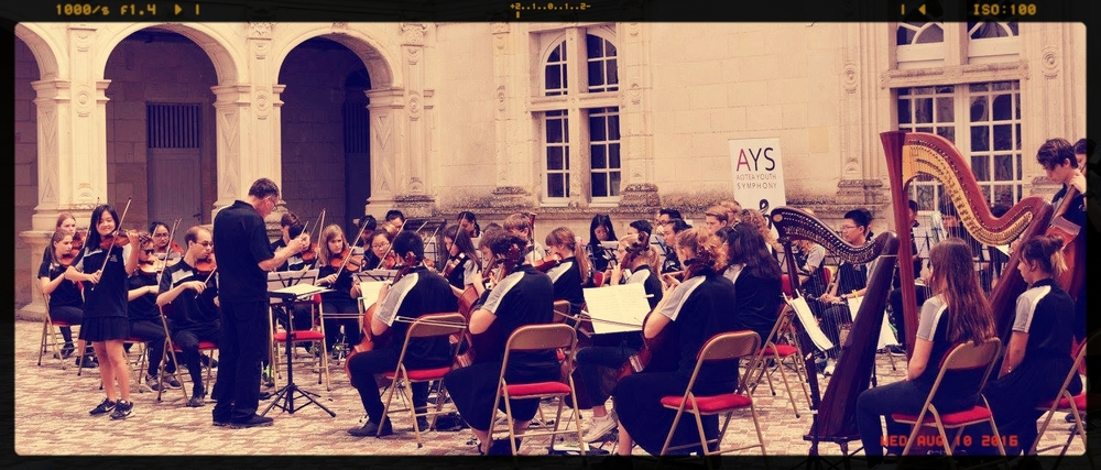 Entertaining visitors to the Chateau Villandry in it's central courtyard, near Tours.
