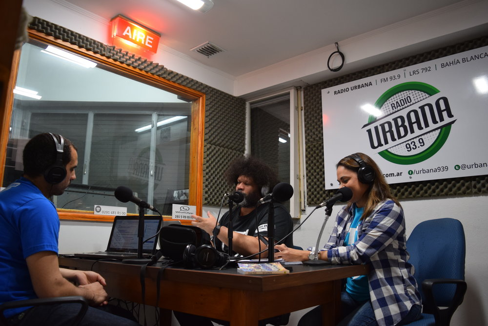 Christian Díaz (center), General Coordinator of Habemus, during a broadcast.