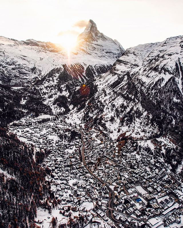 Soaring at 3000 feet watching the sun go down, can't get any better than that ! 🙏🏻🏔 @visitswitzerland @zermatt.matterhorn #theweekoninstagram