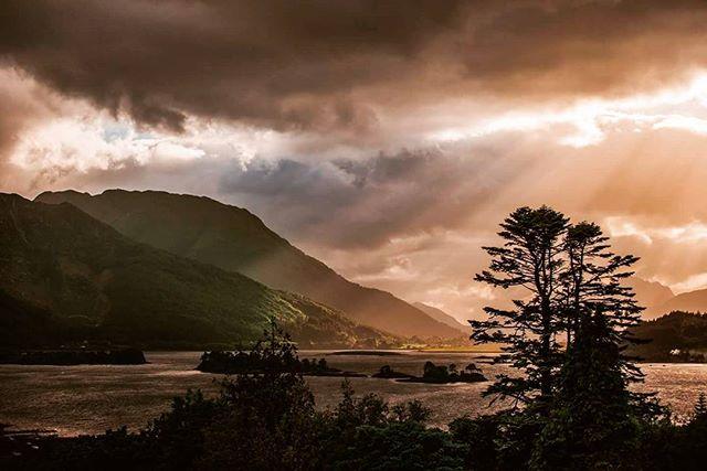 Our last Scottish sunset until our return in November. I could stay in this place forever! @glencoehouse #glencoe #ballachulish #scotland #scotlandsbeauty #landscape #lochleven #loch #mountains #travel #blog #sunset #potd #tripofalifetime #bucketlist #love