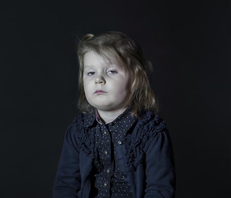 Idiot Box di Donna Stevens: fotografie di bambini mentre guardano la TV - 6