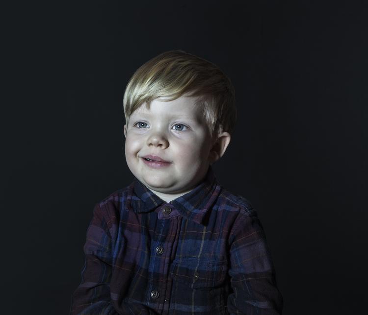 Idiot Box di Donna Stevens: fotografie di bambini mentre guardano la TV - 1