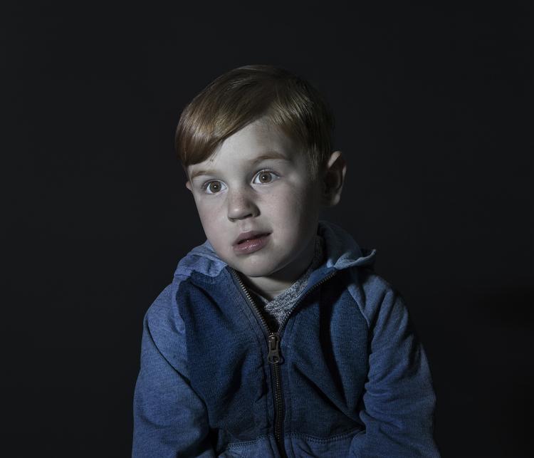 Idiot Box di Donna Stevens: fotografie di bambini mentre guardano la TV - 3