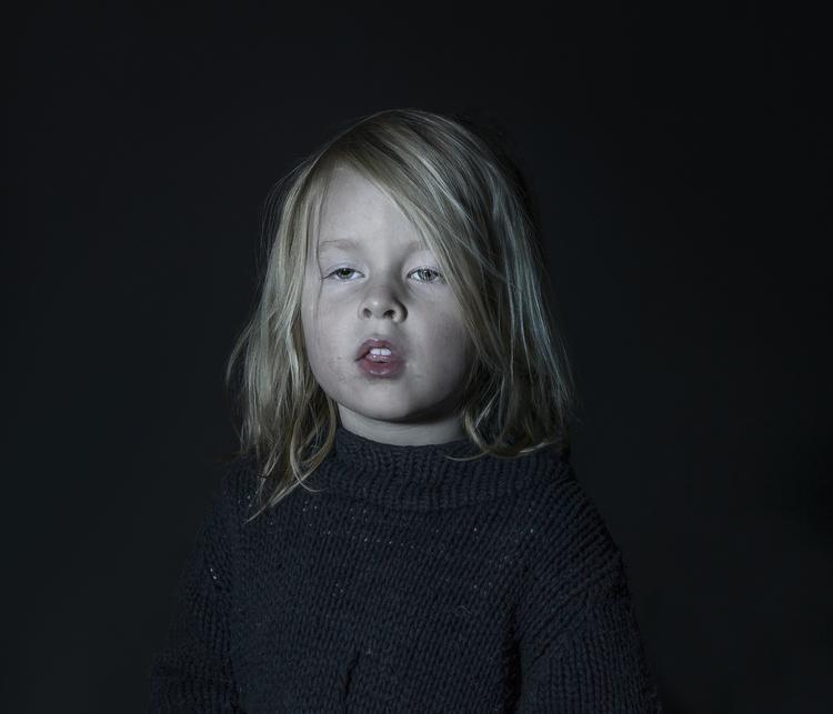 Idiot Box di Donna Stevens: fotografie di bambini mentre guardano la TV - 4