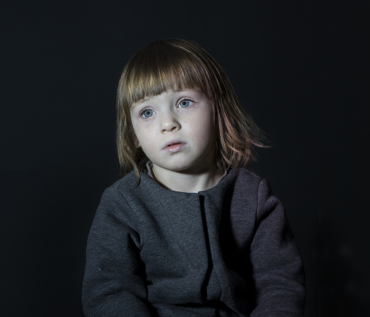 Idiot Box di Donna Stevens: fotografie di bambini mentre guardano la TV - 2