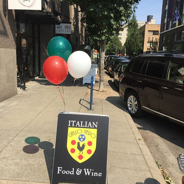 Beautiful neighbors... thanks for the #italian balloons 🎈 @jpepinartgallery @basicspacegallery @trattoria_gallo_nero @pearlportland