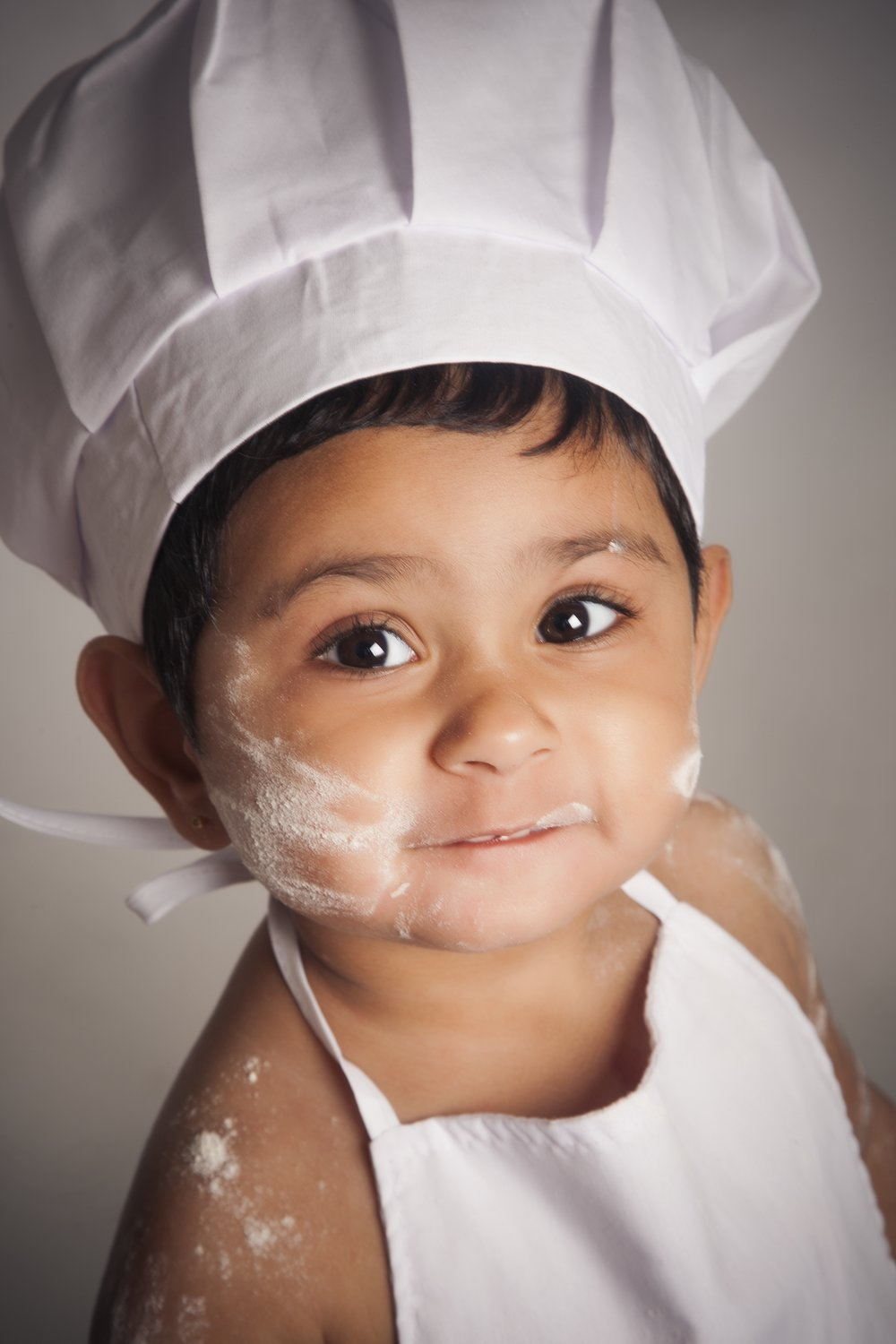 zigzag-photography-leicester-zig-zag-photographers-photo-studio-clarendon-park-queens-road-best-family-portraits-children-cook-baking-chef-dress-ip-outfit-ideas-props-flour-apron.jpg