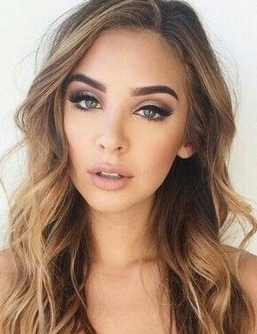 A makeup look that still has drama, but uses earth-tone colors is suitable for those who want to bring our their brown or green eyes! -