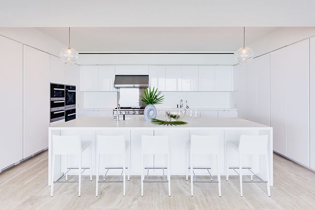 The perfect place to pour a cool glass of water (or rosé) between the beach and the sunrise lounge of this newly completed project! Swipe 👉🏼 for progress pic. . . . #miami #design #interiordesign #beach #vibes #white #kitchen #modernhome #dreamkitchen #whitedecor #housetour #interior123 #scandistyle
