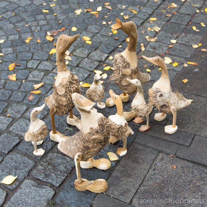 Vikutalienmarkt - Wood display of ducks
