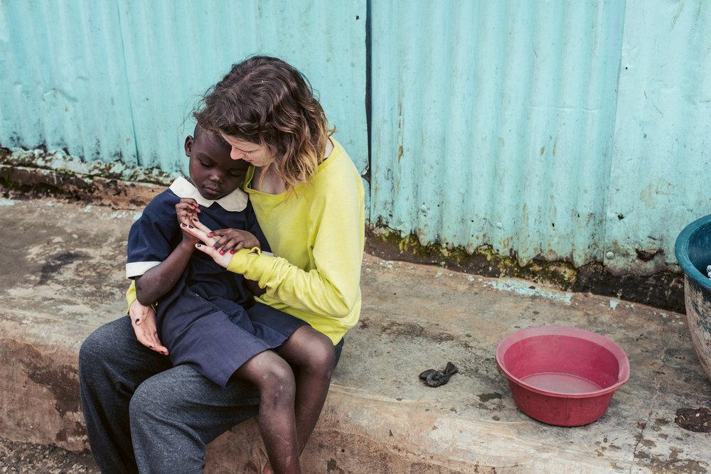 A child and volunteer in Kenya. Love Volunteer Project 2015.