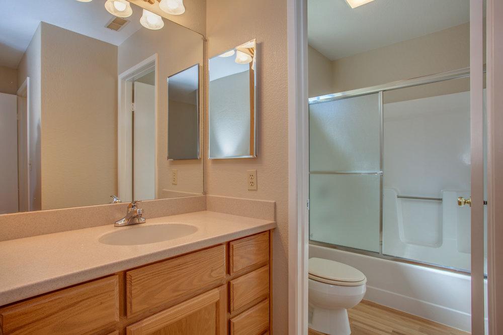 748_natalie_drive_MLS_HID1135788_ROOMfullbathroom.jpg