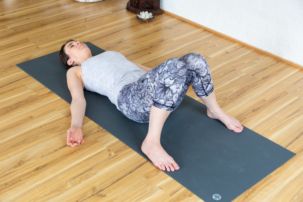 Savasana variation: Rest with knees bent to avoid strain on the lumbar spine. Stay 5 minutes.