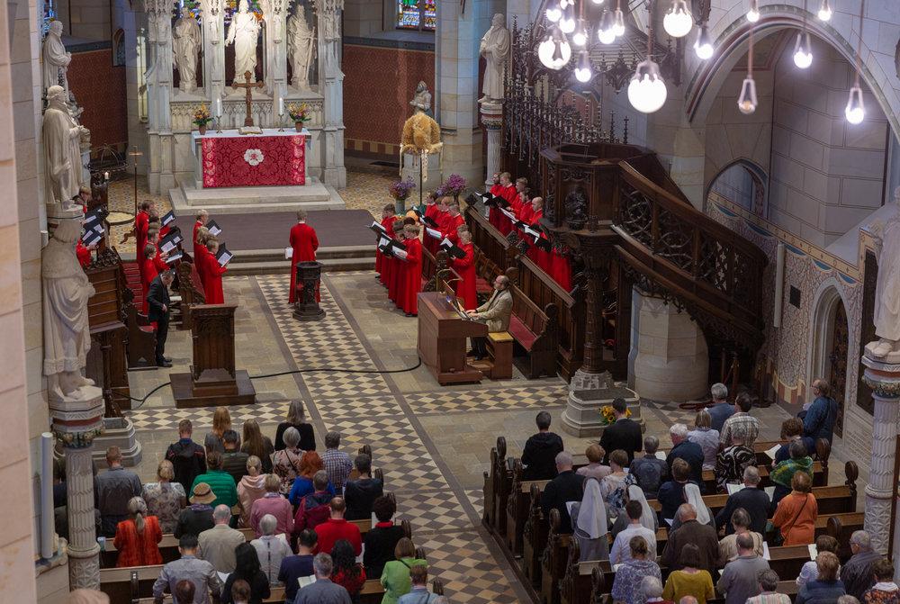 Ud over et transportabel kors og ingen præstekjole var der næsten ingen forskel på en tysk og dansk evensong.