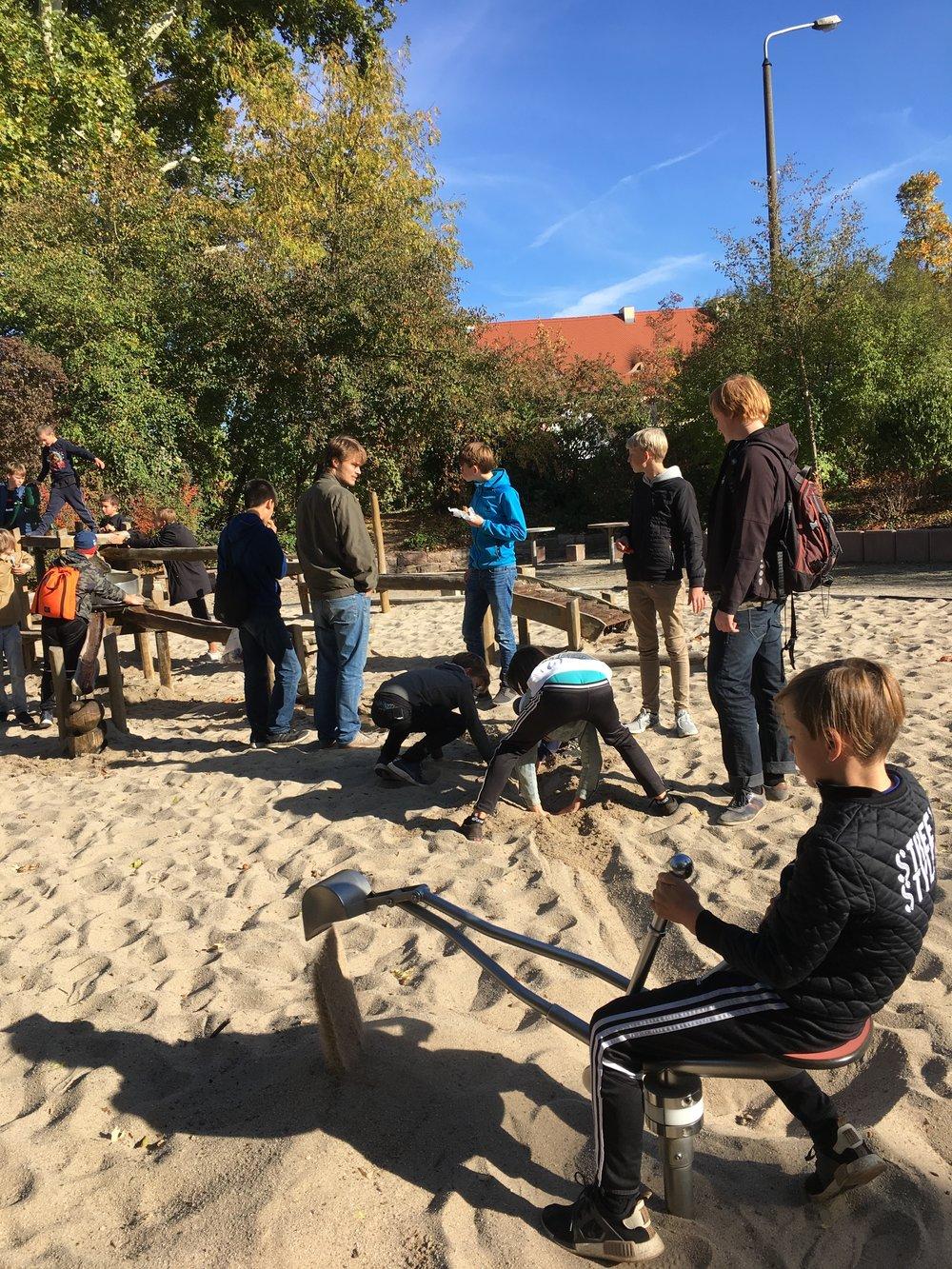 drengene laver en ny å i Tyskland