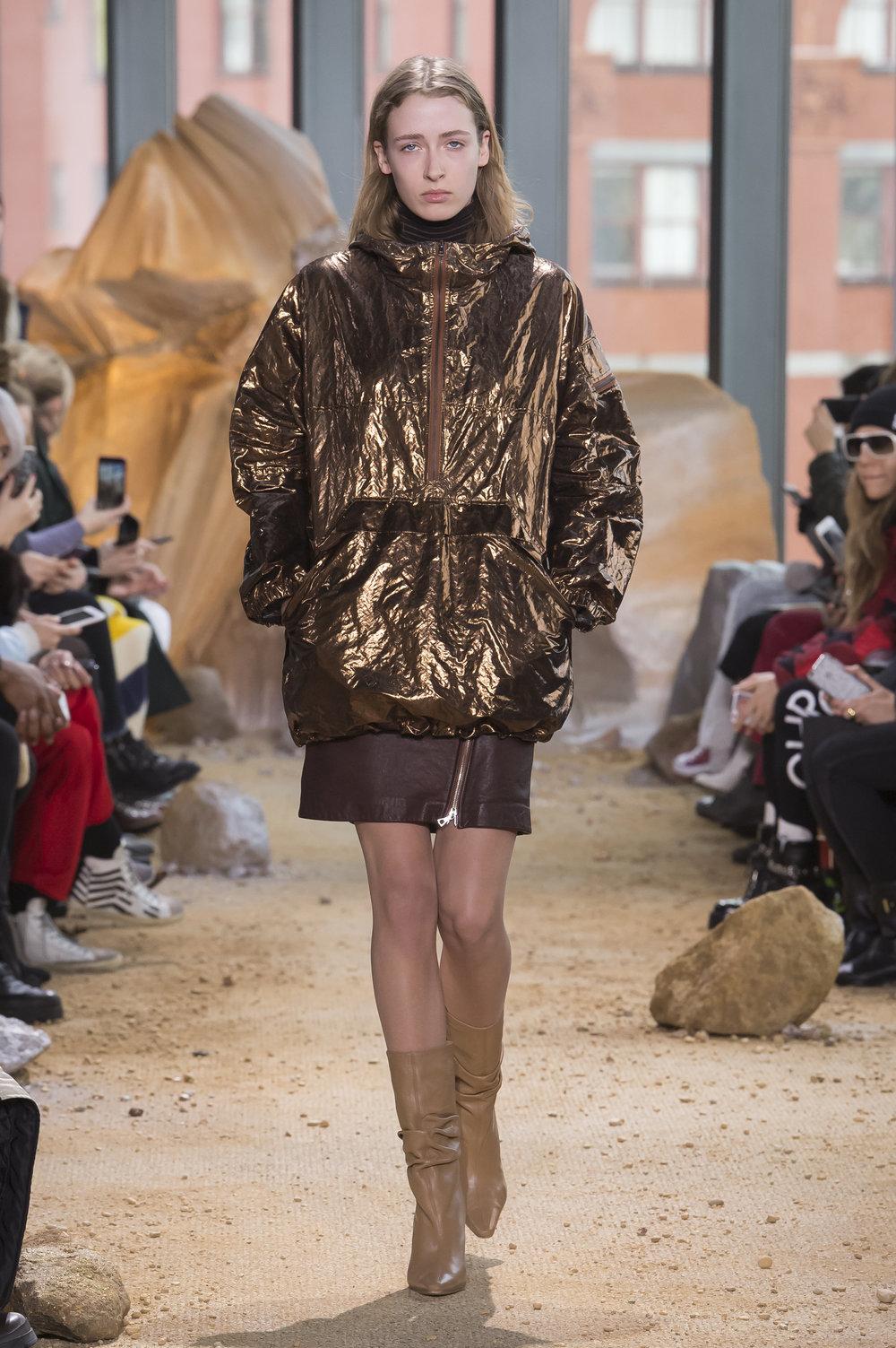 """Who doesn't love killer boots, an amazing skirt, and a space-inspired jacket coat? // para todos aquellos fanáticos de la onda espacial... este look está impresionante. Me quedo con las botas, y por supuesto, el brillo de la chamarra para """"pasar desapercibida"""""""
