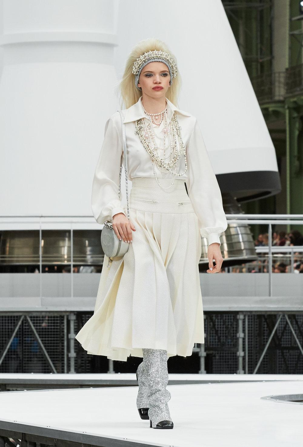 De Chanel esperamos tweed, lana, perlas y perfección... pero me encanta cuando me sorprende con algo inesperado! Esta falda está de infarto! // You know Chanel would nail it with this amazing skirt... and matching it with an amazing shirt and lot of pearls... well =)
