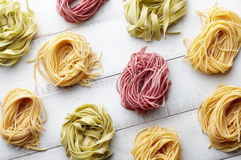 varios-tipos-de-pastas-italianas-en-el-fondo-madera-blanco-100725239.jpg