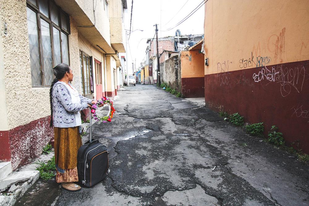 Lorena, Miktlans moeder, wacht op haar toekomstige schoondochter...
