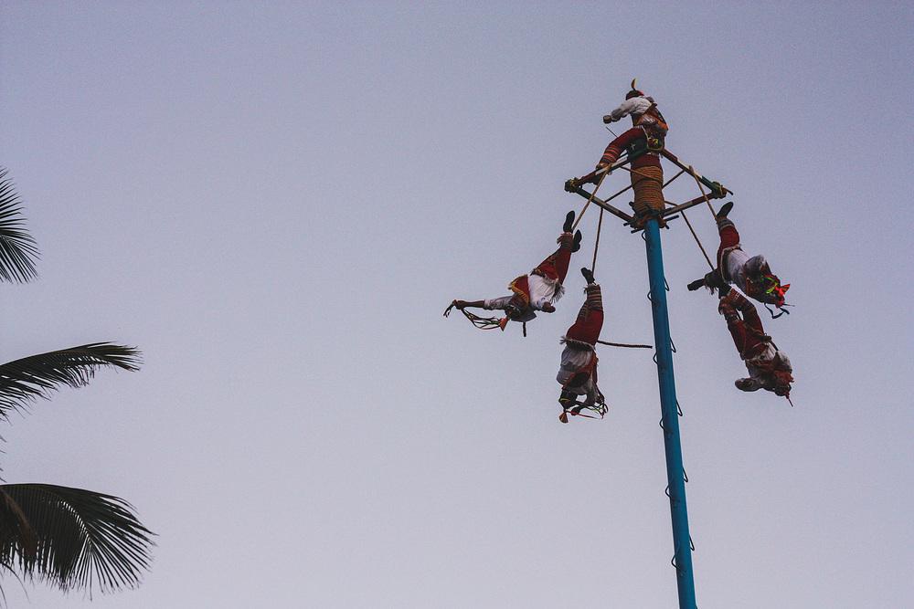 Sommige toeristenattracties zijn wel de moeite, zoals deze Danza de los Voladores, waarbij mannen zich op een ritmisch deuntje van een 30 meter hoge paal naar beneden laten 'vallen'.