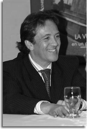 Carlos Gustavo durante el lanzamiento del libro 'La vuelta a Bogotá en un poco más de 500 años',experiencia de narración para jóvenes lectores que EPM Bogotá publicó en diciembre de 2005.