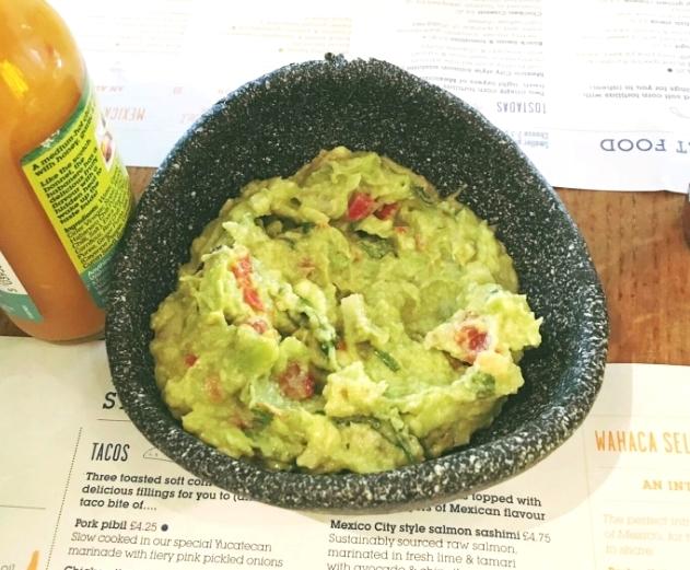 frische Guacamole aus Avocados, Tomaten, Limettensaft und Koriander
