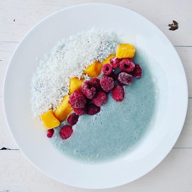 Aqua Smoothie Bowl to start your day right 😋... #healthy #healthyfood #healthyschnitzel #foodblog #foodies #aquabowl #instafood #yummy