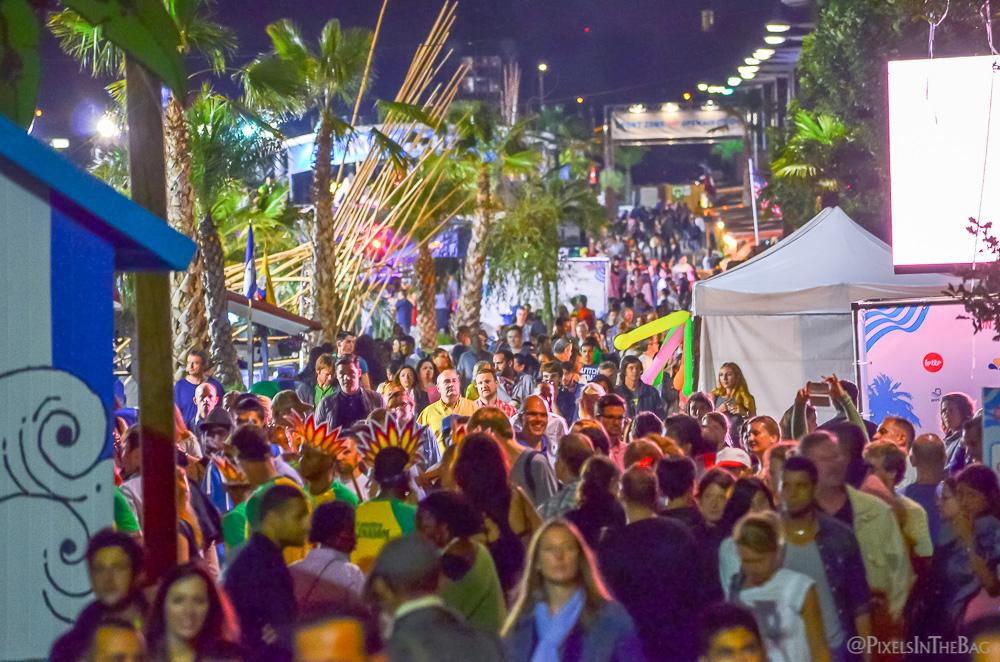 La grande foule lors des festivités nocturnes.