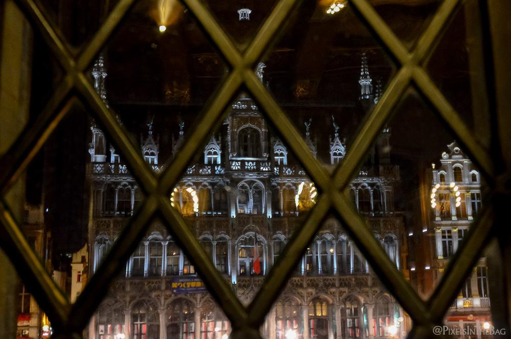 Vue de la Grande Place de Bruxelles de l'intérieur de l'Hotel de Ville.