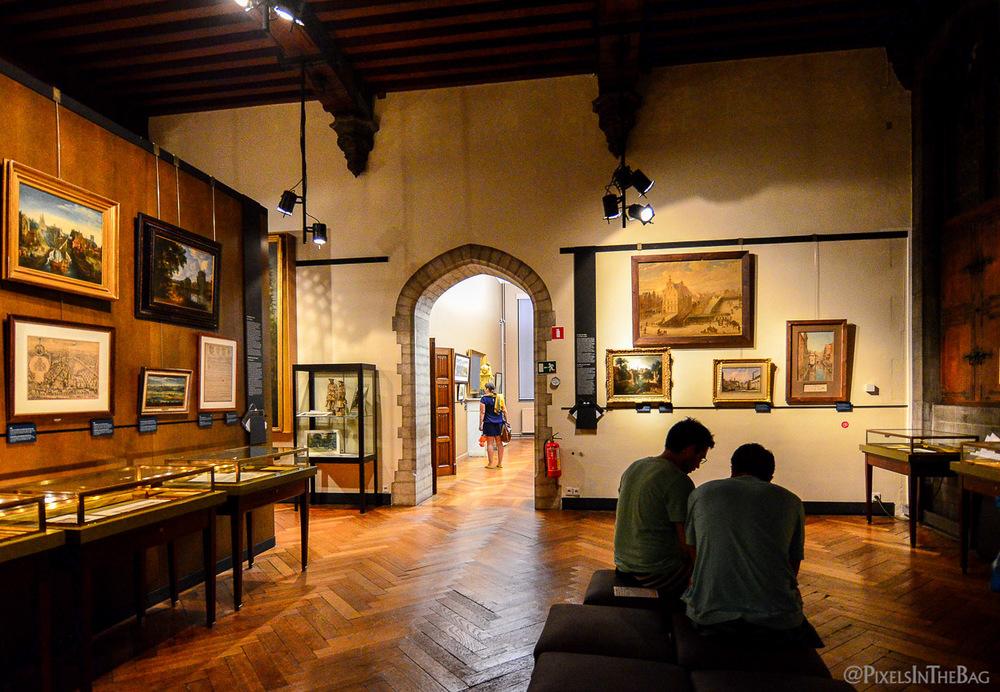 La vue à l'intérieur du Musée de la Ville de Bruxelles pendant la Nocturne des Musées.