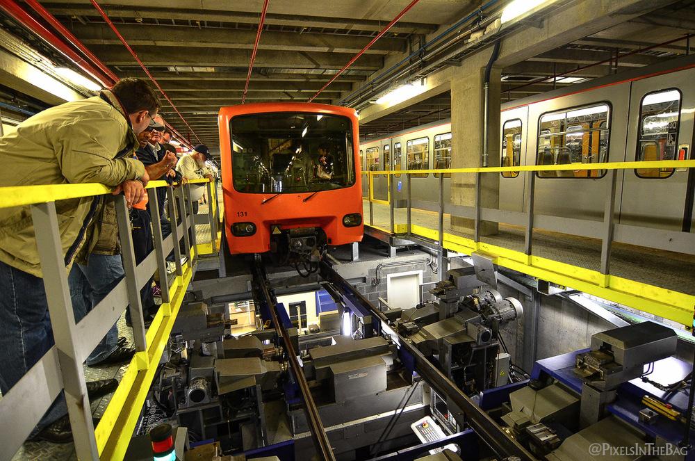 Le métro de la STIB au-dessus du poste de maintenance.