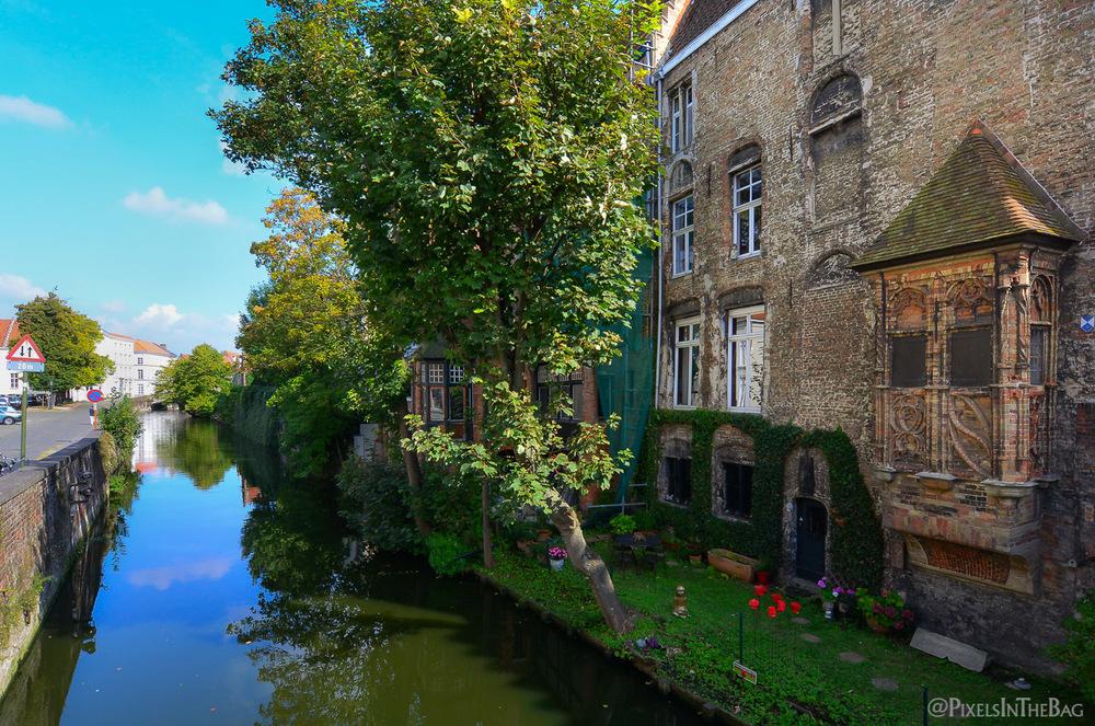 A  Bruges, presque toutes les belles maisons ont l'accès aux canaux.