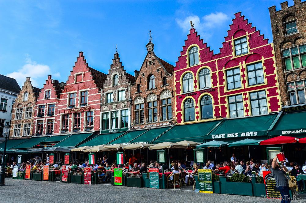 La grande place de Bruges, colorée.
