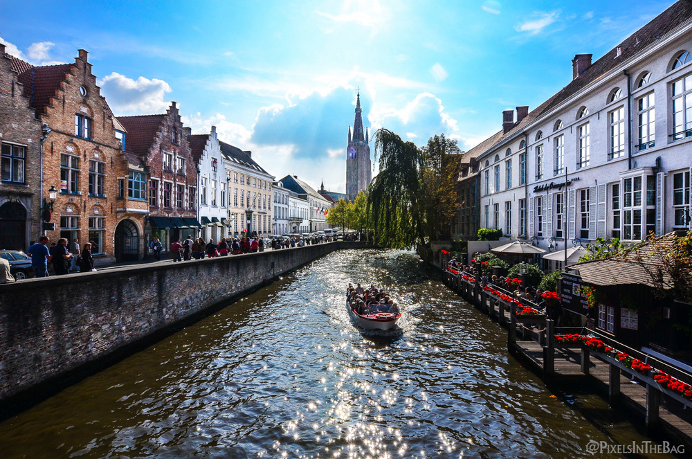 Le soleil brillant sur les canaux de Bruges.