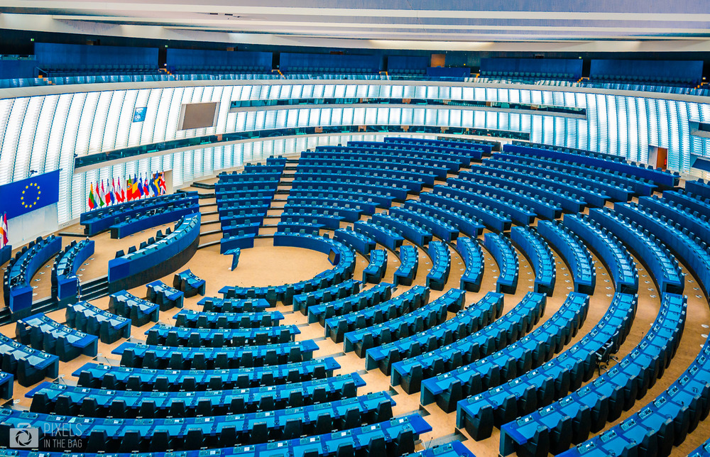 L'hémicycle est ouvert aux citoyens qui peuvent assister aux débats traduits en 24 langues… et parfois même plus.