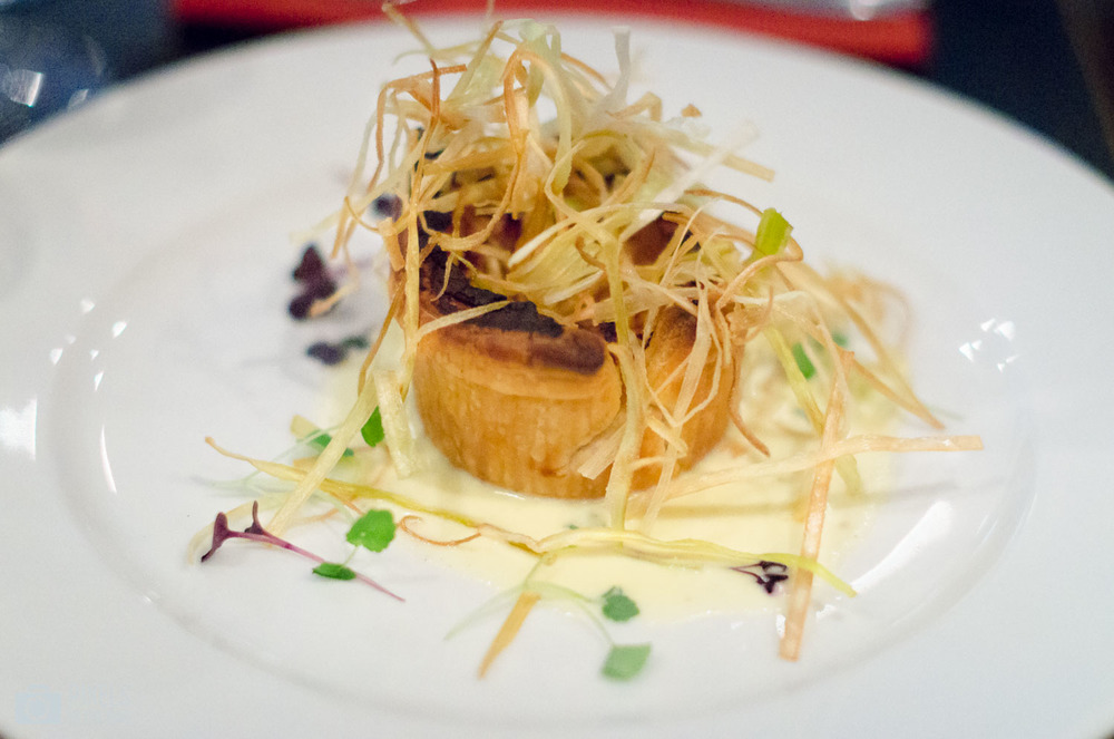 Tarte de pâte feuilletée farcie, Butternut, Orange, cannelle, ricotta sur un lit de poireau frit