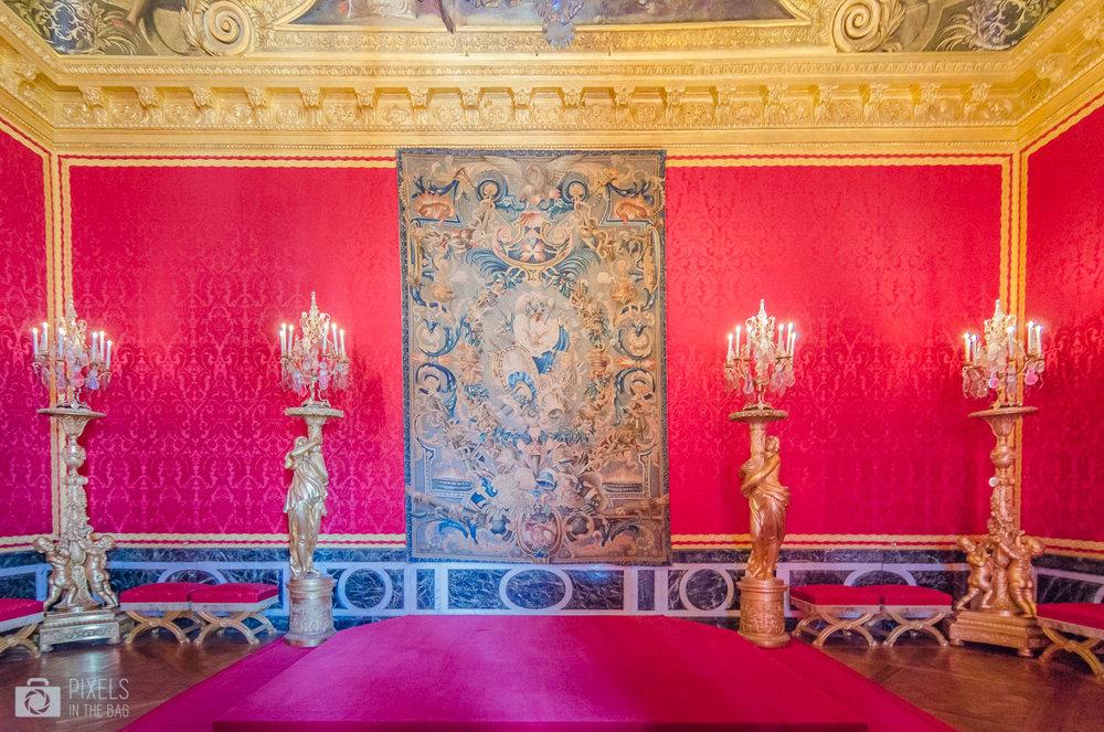 Dédié au dieu du Soleil, le salon d'Apollon était la grande chambre du Roi à partir de 1673 avant de devenir la salle du Trône en 1682.