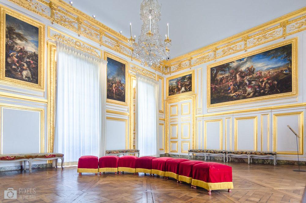 Antichambre du grand couvert du Roi, une pièce aménagée en 1684 dans laquelle Louis XIV et la famille royale soupaient «au grand couvert » en public. Les tableaux représentant des batailles de l'Antiquité quant à eux ont été peints par Joseph Parrocel (1646-1704).