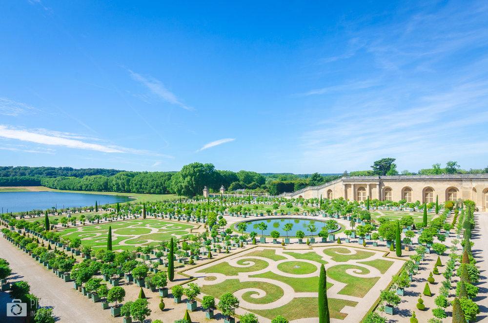 L'Orangerie du Château de Versailles avec la Pièce d'eau des Suisses (creusée par un régiment de Gardes suisses) à gauche.