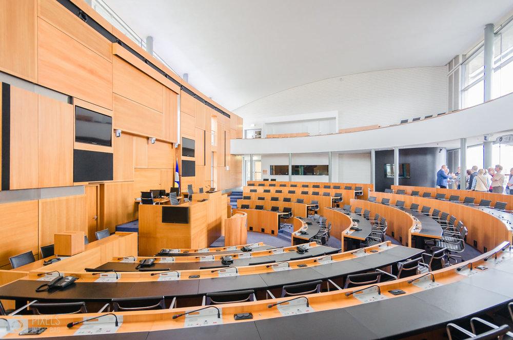 L'hémicycle du Parlement bruxellois où deux fois par mois (généralement les vendredis) le public peut assister à la séance plénière.