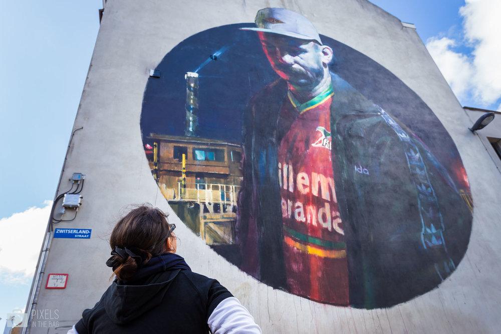 L'œuvre de  Sebas Valasco , un artiste espagnol, se situe tout près d'un stade de football l'inspirant ainsi à représenter son ami avec le maillot du club de foot d'Ostende.