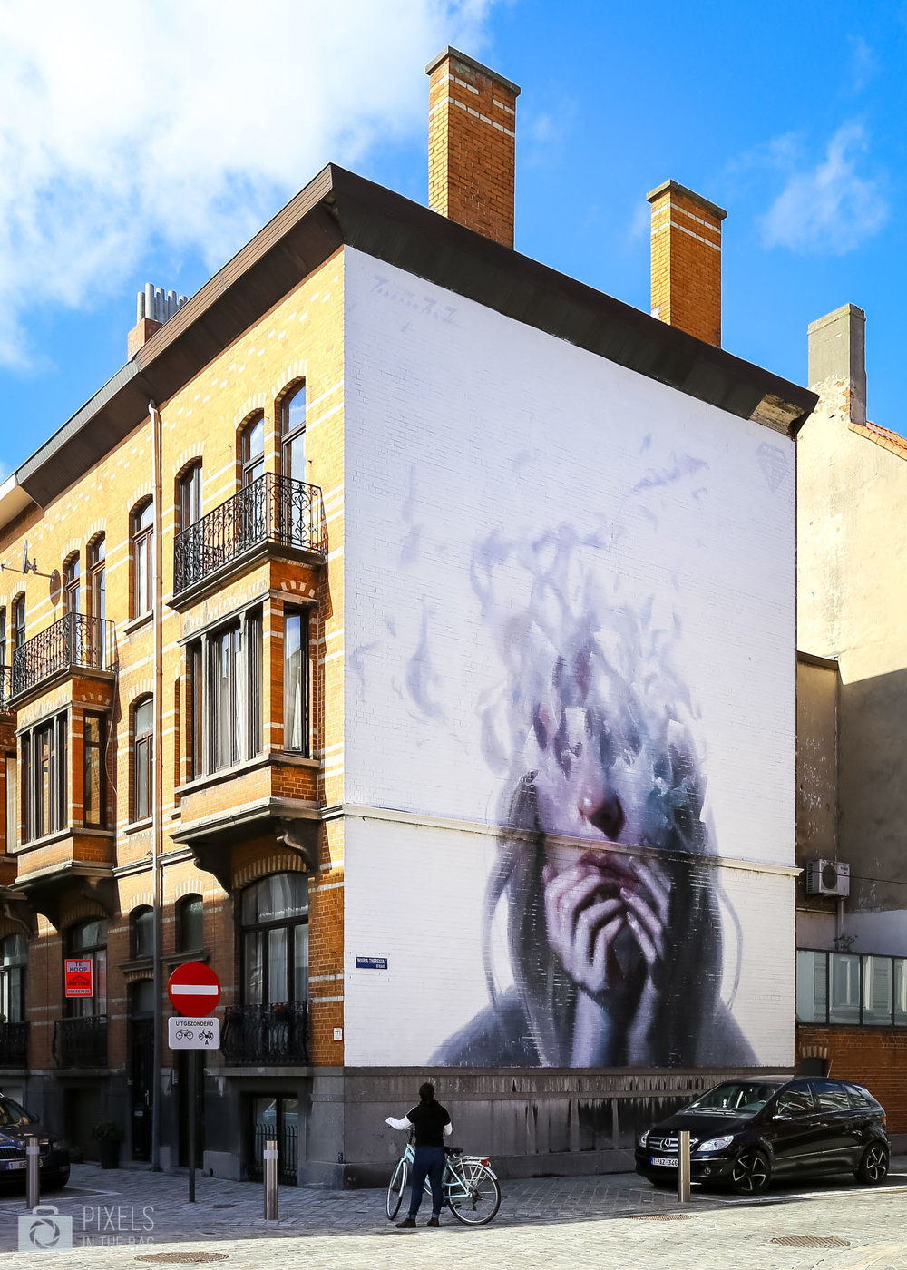 Travaillant toujours en costard cravate,  Hanrik Uldalen  est un peintre autodidacte qui propose dans ses œuvres une atmosphère quelque peu flottante où les personnages sont emprisonnés dans le vide. Sa technique lui permet de montrer les émotions d'aliénation et de sensibilité captivés sur ses représentations.